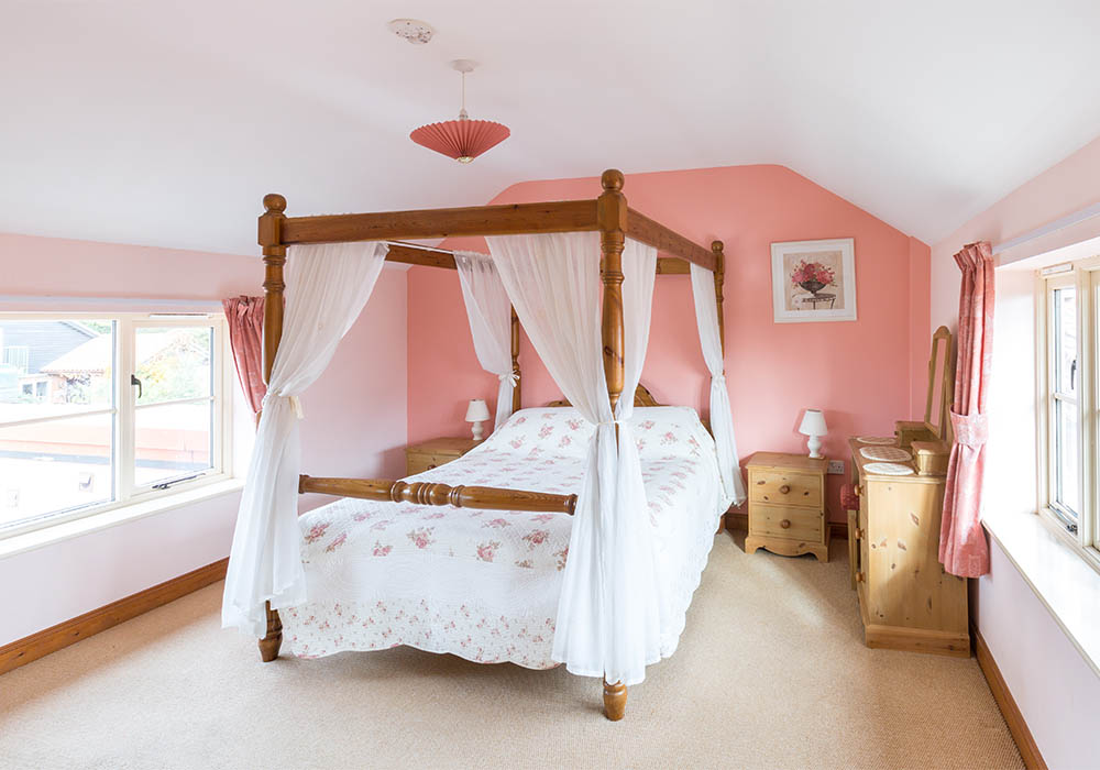 Coachman's Cottage, four poster bed